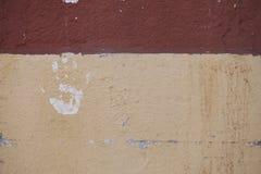 Τυπωμένη ύλη χεριών στο λευκό στον τοίχο που ξεφλουδίζει από το χρώμα στοκ εικόνες με δικαίωμα ελεύθερης χρήσης
