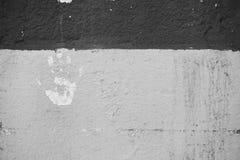 Τυπωμένη ύλη χεριών στο λευκό στον τοίχο που ξεφλουδίζει από το χρώμα Στοκ Φωτογραφία