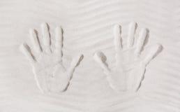 Τυπωμένη ύλη δύο χεριών στην άμμο Έννοια για τις μνήμες ή τις διακοπές αυτό Στοκ φωτογραφία με δικαίωμα ελεύθερης χρήσης