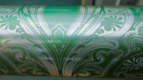 Τυπωμένος άξονας με την κινηματογράφηση σε πρώτο πλάνο σχεδίων asbtraktnom, η παραγωγή της ταπετσαρίας Λεπτομέρεια του Τύπου εκτύ απόθεμα βίντεο