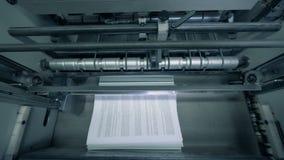 Τυπωμένο έγγραφο που συσσωρεύεται σε μια γραμμή τυπογραφίας, αυτοματοποιημένη μηχανή απόθεμα βίντεο