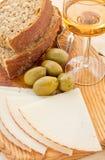 Τυρί, άσπρο κρασί, ελιές, ψωμί στοκ φωτογραφίες με δικαίωμα ελεύθερης χρήσης