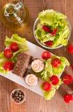 Τυρί αιγών με τις ντομάτες σαλάτας και κερασιών Στοκ εικόνες με δικαίωμα ελεύθερης χρήσης