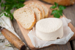 Τυρί αιγών με το ψωμί Στοκ Φωτογραφίες