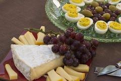 Τυρί, αυγά, ελιά και σταφύλια Στοκ Εικόνες