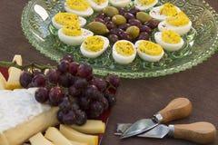 Τυρί, αυγά, ελιά και σταφύλια Στοκ Εικόνα