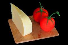 Τυρί γκούντα Smocked σφηνών και οργανικές ντομάτες στοκ εικόνα με δικαίωμα ελεύθερης χρήσης