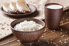 Τυρί εξοχικών σπιτιών, γάλα, ψωμί, πρόγευμα Στοκ φωτογραφία με δικαίωμα ελεύθερης χρήσης