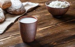 Τυρί εξοχικών σπιτιών, γάλα, ψωμί, πρόγευμα Στοκ Εικόνες