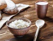 Τυρί εξοχικών σπιτιών, γάλα, ψωμί, πρόγευμα Στοκ Εικόνα