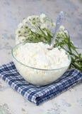 Τυρί εξοχικών σπιτιών και λουλούδια σε μια πετσέτα Στοκ φωτογραφία με δικαίωμα ελεύθερης χρήσης
