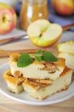 Τυρί εξοχικών σπιτιών και πίτα μήλων Στοκ Εικόνες
