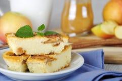 Τυρί εξοχικών σπιτιών και πίτα μήλων Στοκ Φωτογραφία