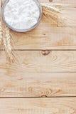 Τυρί εξοχικών σπιτιών και υπόβαθρο σιταριών Στοκ Εικόνα