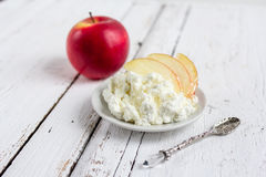 Τυρί εξοχικών σπιτιών, μέλι και Apple σε ένα πιάτο Στοκ Εικόνες