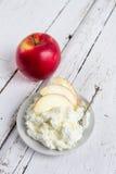 Τυρί εξοχικών σπιτιών, μέλι και Apple σε ένα πιάτο Στοκ φωτογραφίες με δικαίωμα ελεύθερης χρήσης