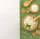 Τυρί εξοχικών σπιτιών με την ξινή κρέμα σε ένα ξύλινο κύπελλο Στοκ Φωτογραφίες