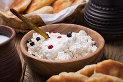 Τυρί εξοχικών σπιτιών με την ξινή κρέμα Στοκ Εικόνες
