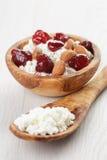 Τυρί εξοχικών σπιτιών με τη συντηρημένη φράουλα στο ξύλο Στοκ Εικόνα