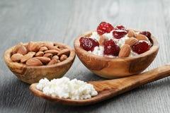 Τυρί εξοχικών σπιτιών με τη συντηρημένη φράουλα στο ξύλο Στοκ φωτογραφία με δικαίωμα ελεύθερης χρήσης