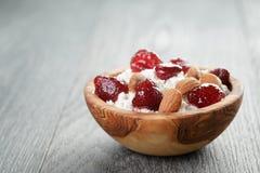 Τυρί εξοχικών σπιτιών με τη συντηρημένη φράουλα στο ξύλο Στοκ Εικόνες