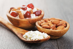 Τυρί εξοχικών σπιτιών με τη συντηρημένη φράουλα στο ξύλο Στοκ εικόνα με δικαίωμα ελεύθερης χρήσης