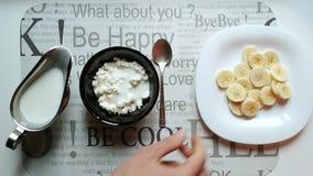 Τυρί εξοχικών σπιτιών με τη τοπ άποψη γιαουρτιού και μπανανών απόθεμα βίντεο