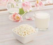 Τυρί εξοχικών σπιτιών με το γάλα και τις ρόδινες τουλίπες Στοκ εικόνες με δικαίωμα ελεύθερης χρήσης