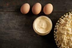 Τυρί εξοχικών σπιτιών, ξινή κρέμα και τρία αυγά στον ξύλινο πίνακα στοκ φωτογραφίες με δικαίωμα ελεύθερης χρήσης
