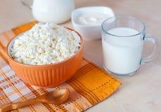 Τυρί εξοχικών σπιτιών, ποτήρι του γάλακτος και ξινή κρέμα στοκ φωτογραφία