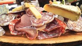Τυρί, ζαμπόν, θεραπευμένο κρέας, λιπαρό λουκάνικο, πιάτο σαλαμιού Στοκ εικόνα με δικαίωμα ελεύθερης χρήσης