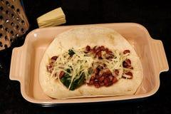 Τυρί και λαχανικά φασολιών Tortilla στο πιάτο Στοκ Εικόνα