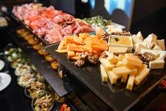 Τυρί και καρύδια σε ένα πιάτο Εκλεκτική εστίαση Στοκ εικόνες με δικαίωμα ελεύθερης χρήσης
