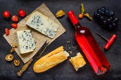 Τυρί και κρασί με τα τρόφιμα φρούτων Στοκ εικόνες με δικαίωμα ελεύθερης χρήσης