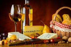 Τυρί και κρασί μπλε φορμών Στοκ εικόνα με δικαίωμα ελεύθερης χρήσης