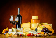 Τυρί και κόκκινο κρασί ακόμα στη ζωή Στοκ εικόνα με δικαίωμα ελεύθερης χρήσης
