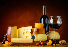 Τυρί και κόκκινο κρασί Στοκ φωτογραφία με δικαίωμα ελεύθερης χρήσης