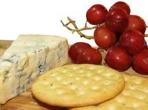 τυρί και μπισκότα με μια δέσμη των σταφυλιών Στοκ φωτογραφία με δικαίωμα ελεύθερης χρήσης