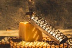 Τυρί και ξύστης Στοκ φωτογραφία με δικαίωμα ελεύθερης χρήσης