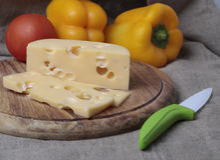 Τυρί και πάπρικα στην ξύλινη σανίδα Στοκ εικόνα με δικαίωμα ελεύθερης χρήσης