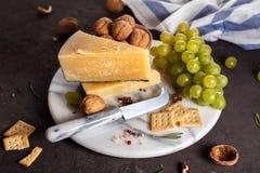 Τυρί και πρόχειρα φαγητά σε ένα μαρμάρινο πιάτο Στοκ Εικόνα