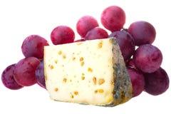 Τυρί και σταφύλια στο άσπρο υπόβαθρο Στοκ φωτογραφίες με δικαίωμα ελεύθερης χρήσης