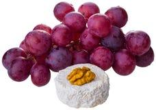 Τυρί και σταφύλια στο άσπρο υπόβαθρο Στοκ εικόνα με δικαίωμα ελεύθερης χρήσης