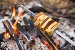 Τυρί και ψωμί που ψήνονται στην πυρκαγιά Στοκ φωτογραφία με δικαίωμα ελεύθερης χρήσης