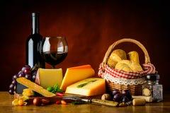 Τυρί, κόκκινο κρασί και κουλούρι Στοκ εικόνα με δικαίωμα ελεύθερης χρήσης