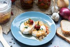 Τυρί με άσπρο Camembert φορμών με το κρεμμύδι και το καυτό πιπέρι εύγευστο πρόχειρο φαγη&tau Στοκ Εικόνες