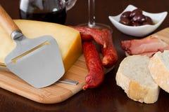 Τυρί με τα λουκάνικα, ελιές Στοκ Εικόνες