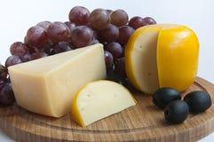 Τυρί με τα σταφύλια. ελιές Στοκ φωτογραφίες με δικαίωμα ελεύθερης χρήσης