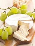 Τυρί με τα σταφύλια Στοκ Εικόνες