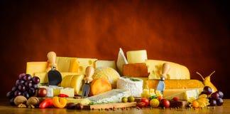 Τυρί με τα φρούτα και λαχανικά Στοκ εικόνα με δικαίωμα ελεύθερης χρήσης